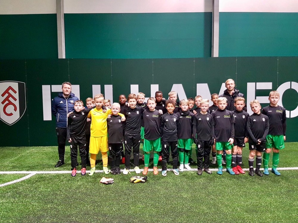 jaunie futbolsisti viesos pie fullham